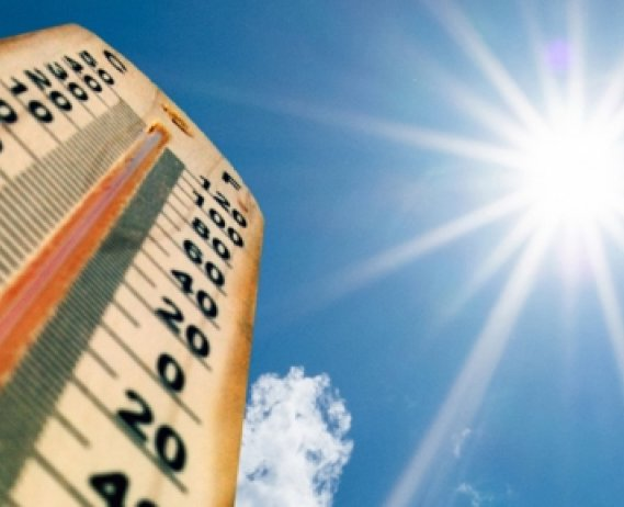 Thermometer with high temperature and sun in background